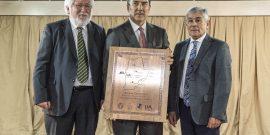 Marcos Crutchik y Luis Alberto Loyola entregan Premio Centenario al presidente del Directori