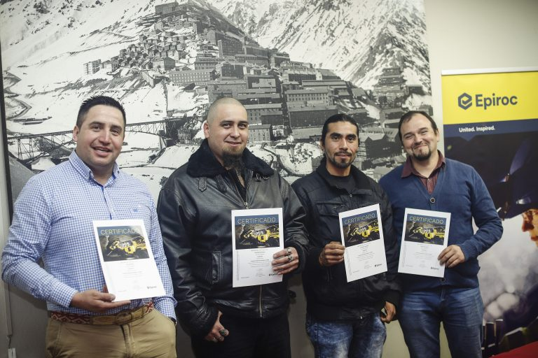 Trabajadores de Salfa que recibieron certificados de capacitación (Imagen: Epiroc).