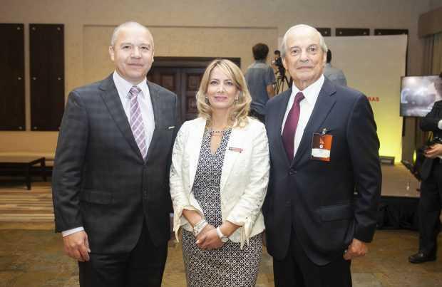 Andrés Costa, FLSmidth; Alejandra Cortés, Editec; Pascual Veiga, past president Aprimin.