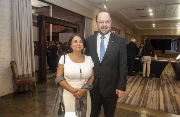 Los premiados Juanita Galaz, como Ingeniero Destacado, y el ministro Alfredo Moreno, Personaje Destacado.