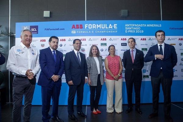 Autoridades, lideradas por las ministras de Energía, Susana Jiménez, y del Deporte, Pauline Kantor, junto a ejecutivos de empresas asociadas a la Fórmula E.