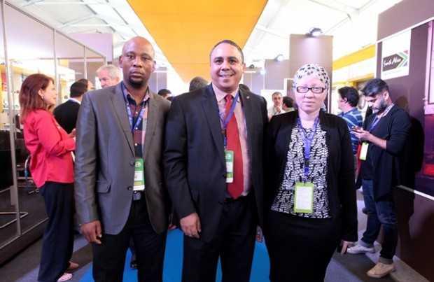 City Phaahiamohiaka, Departamento de Comercio e Industria de Sudáfrica; Hilton Fisher, embajador de Sudáfrica; Emmah Mogashoa, Departamento de Comercio e Industria de Sudáfrica.