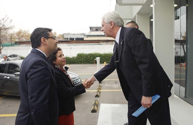 La ministra llega a las instalaciones de ABB University.