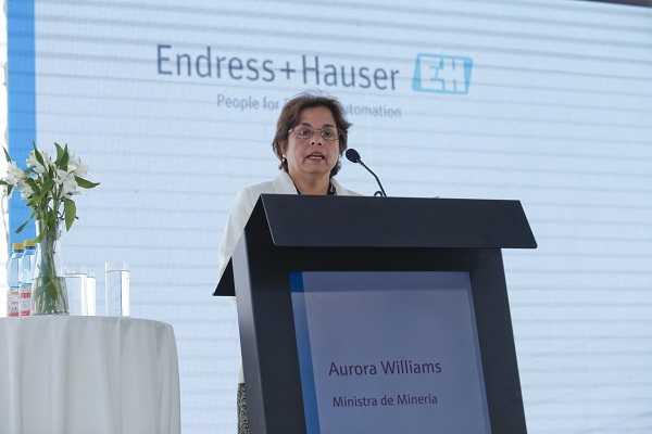 La ministra de Minería, Aurora Williams, en la inauguración del edificio de Endress+Hauser.