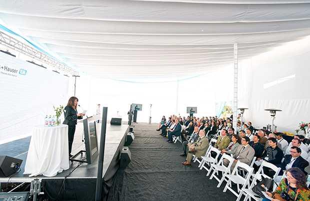 Más de 100 invitados asistieron a la ceremonia de inauguración.
