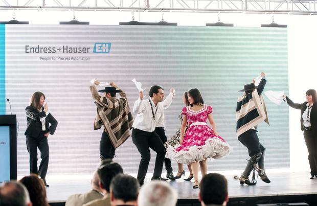 Con un pie de cueca fue inaugurado el nuevo edificio corporativo de Endress+Hauser.
