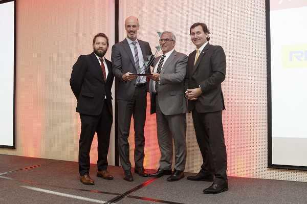 Echeverría Izquierdo exhibe su premio de Mejor Proveedor Nacional.