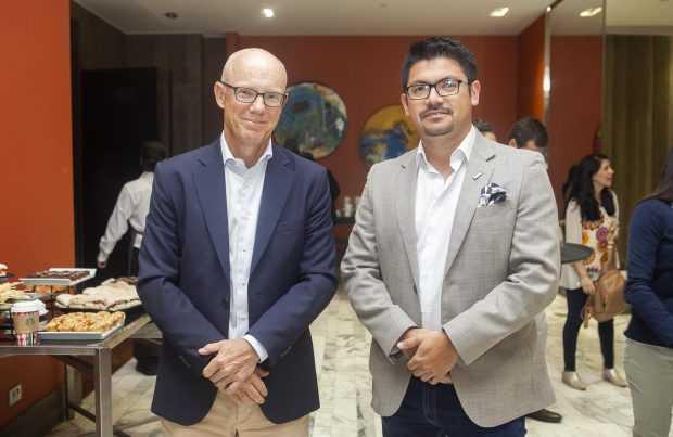 Charlie Ekberg, director gerente de Epiroc; Carlos Valencia, gerente de Automatización de Epiroc.