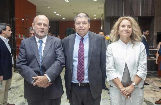Manuel José Fernández, fiscal de Cochilco; Aquiles González, gerente de Evaluación de Recursos de Antofagasta Minerals; Mariana Concha, directora general de Obras Públicas.